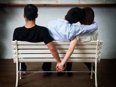 Три главни причини зошто мислите на други додека сте во врска?