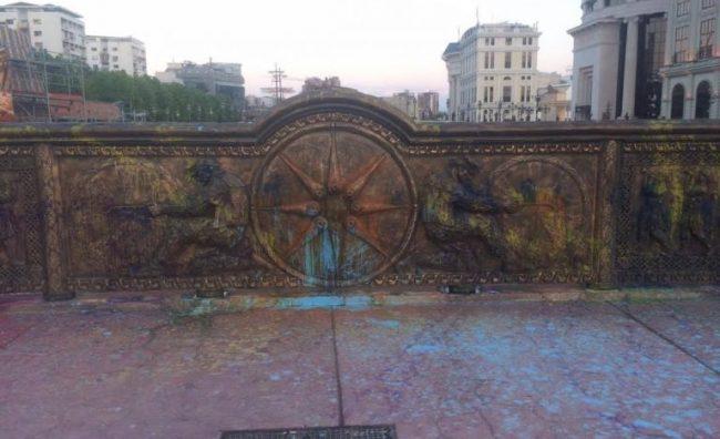 """""""Дневник"""": По спомениците, """"шарената револуција"""" ќе се сврти кон библиотеките и книгите?!"""