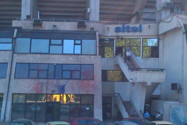 Вандалите на СДСМ сакале да удрат по Сител, а ги оштетија просториите на Делта Спорт