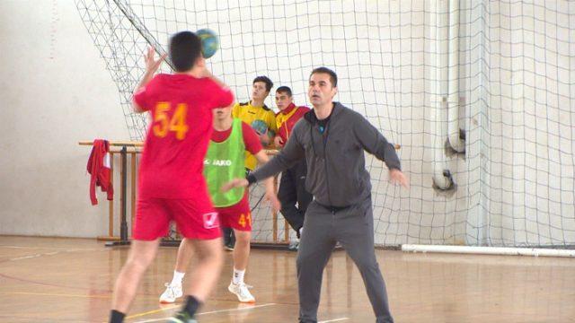 """Учениците од спортската академија тренираа со стратегот на РК """"Вардар"""" Раул Гонзалес"""