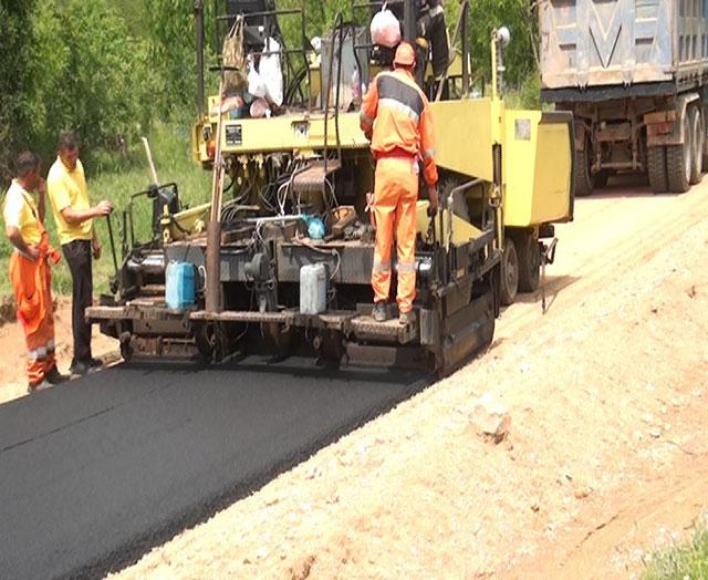 ФОТО: Се асфалтира патот до штипското село Суво Грло