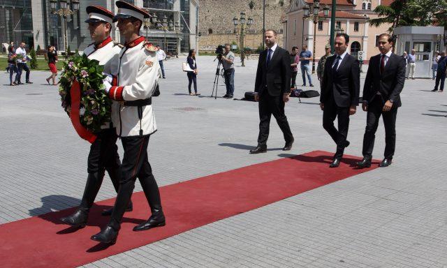 Владина делегација положи свежо цвеќе пред Споменикот на Светите Кирил и Методиј