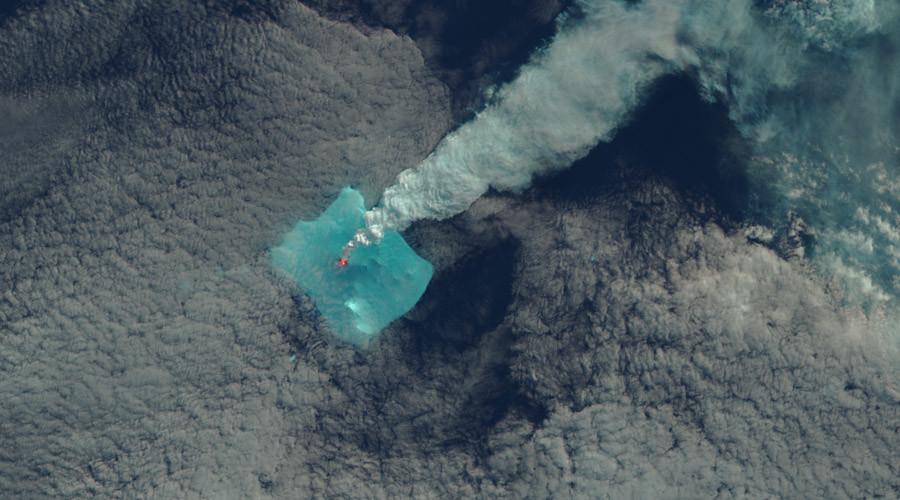 ФОТО: Спектакуларни снимки од ерупција на вулкан