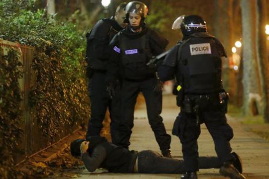 Маж со лажна пушка предизвика паника во центарот на Париз
