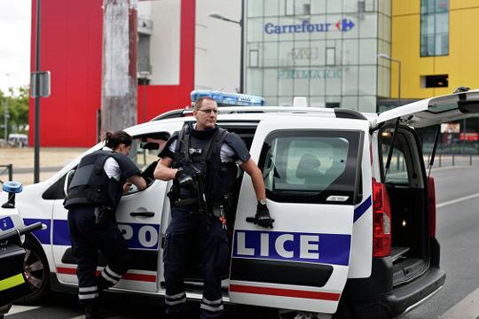 Човекот што уби полицаец во Франција бил осудуван за тероризам