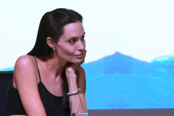 Џоли бара утеха за разводот во прегратка на Шербеџија!
