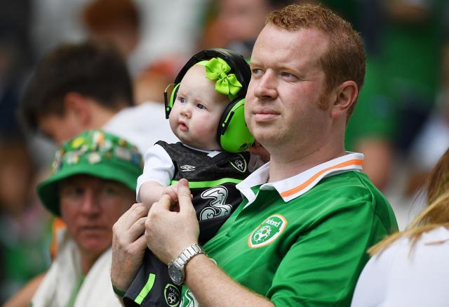 ВИДЕО: Неможете да го успиете бебето – Повикајте ги ирските навивачи!