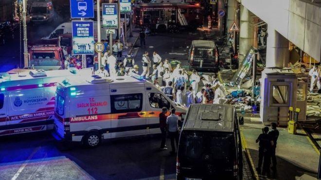 """ВОЗНЕМИРУВАЧКО: Моментот кога бомбашот-самоубиец се разнесе на аеродромот """"Ататурк"""""""