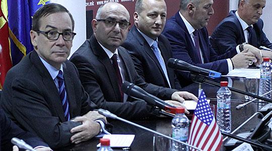 Бејли: Решението за кризата е во Договорот од Пржино