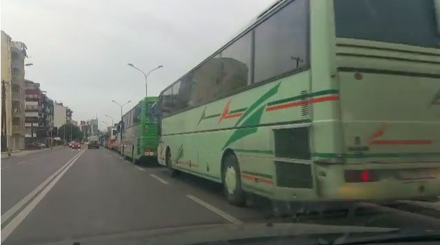 Партиски активисти донесени со автобуси на протестот за поддршка на СЈО