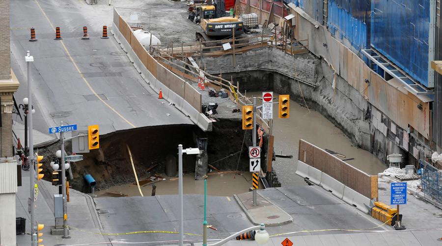 ВИДЕО: Огромна дупка се отвори пред Парламентот во Канада