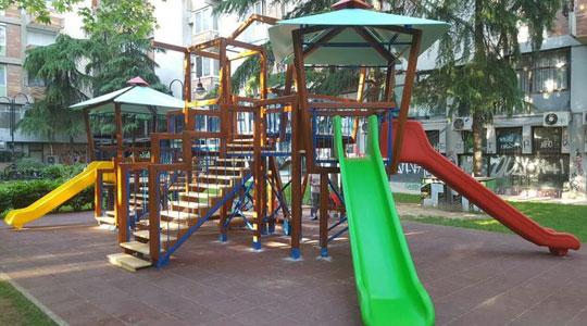 Детското игралиште е направено по европски стандарди со гумен, заштитен под, со три лизгалки, лулашки, клацкалки и три платформи. Поставен е систем за полевање, како и нова урбана опрема.