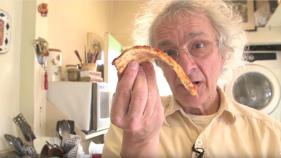 ВИДЕО: Единствениот правилен начин за јадење пица