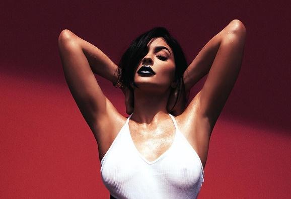 ФОТО: Таа рекламира кармин, но никој не и' гледа во усните