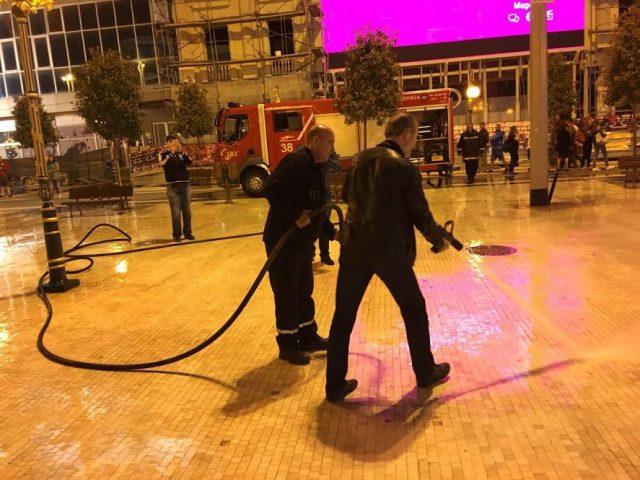 ФОТО: Градоначалникот Трајановски го чистеше обоениот плоштад