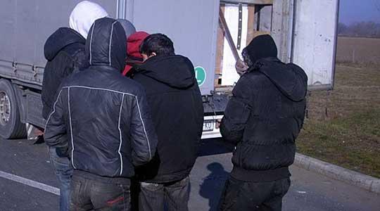 Откриени 16 мигранти во возило на пат за Демир Капија