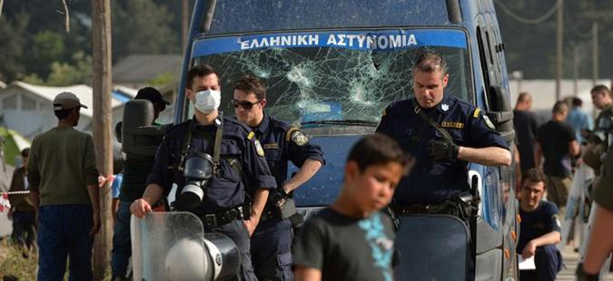 Грчката полиција иселува мигранти од импровизиран камп кај Поликастро