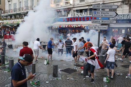 Казна затвор за британските навивачи и протерување од Франција