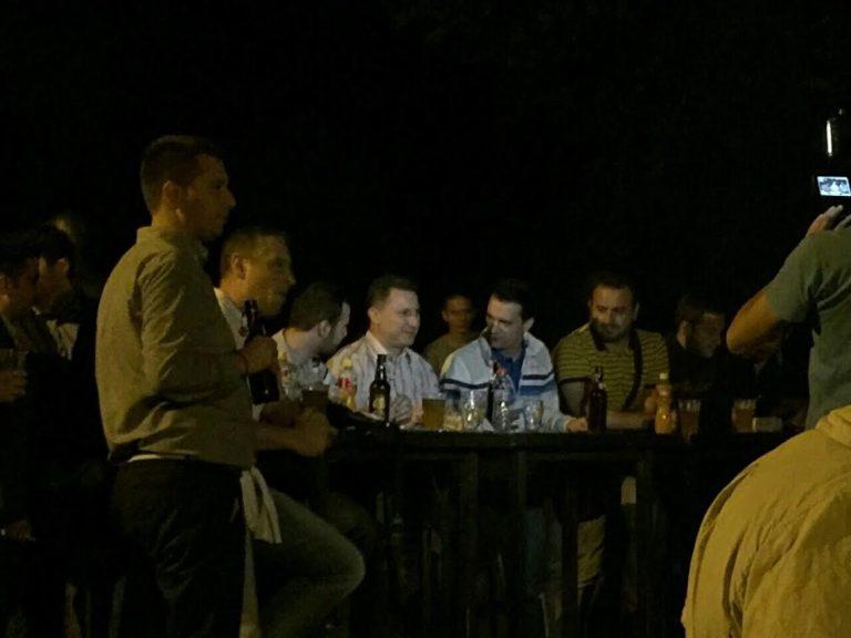 Груевски со младите во Градски парк го проследи првиот меч од ЕУРО 2016  (ФОТО)