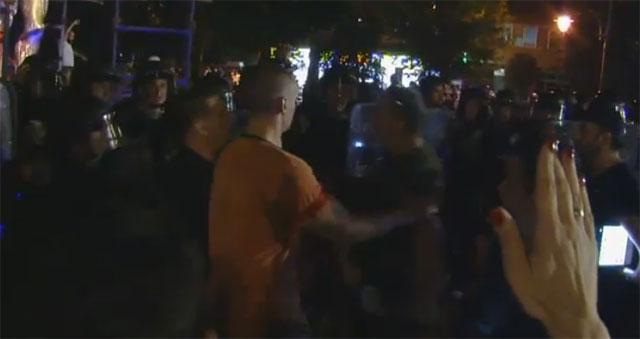 """""""Шарените"""" ја нападнаа полицијата и сакаа да го турнат споменикот на Прометеј"""