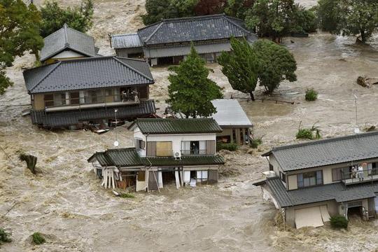 Тројца загинати во поплавите во Јапонија