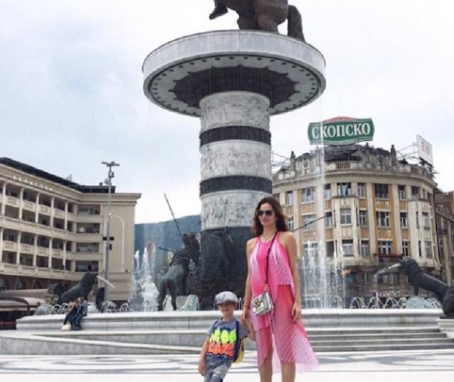 ФОТО: Северина со синот се фотографираше на плоштадот во Скопје