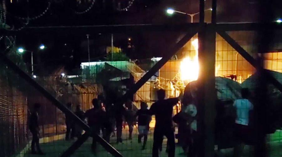 Тепачка во Центар за бегалци во Грција: Запалени бараки, уапсени 25 лица (ВИДЕО)