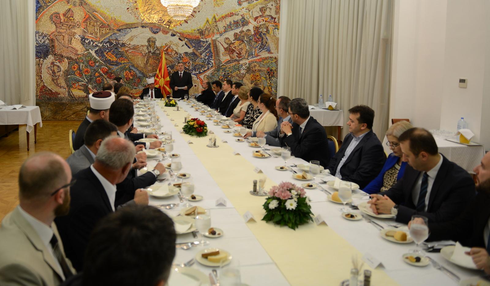 ФОТО: Претседателот Иванов приреди ифтарска вечера