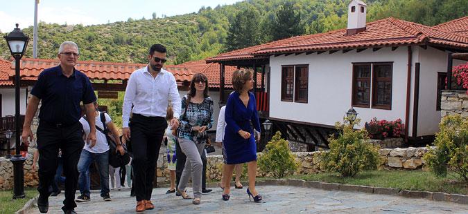 """Канческа-Милевска го посети етнолошкиот музеј во комплексот """"Македонско етно село"""""""