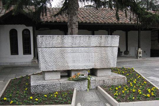 Положување цвеќе на гробот на Гоце Делчев