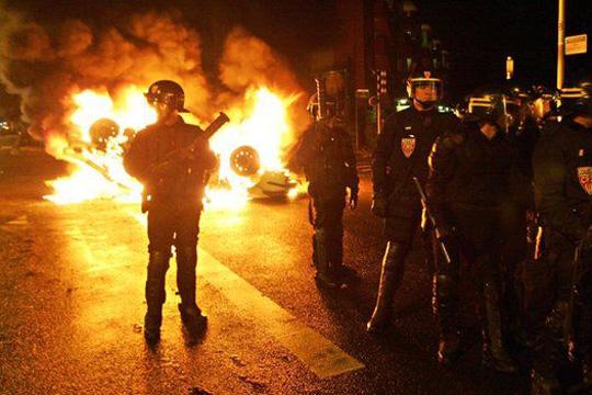 Втора ноќ на судири меѓу полицијата и демонстранти во предградие на Париз