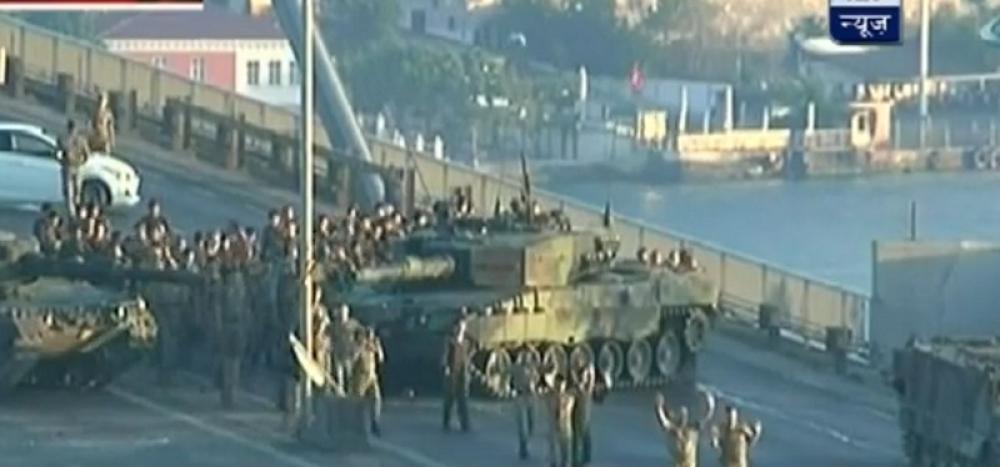 Обид за воен преврат во Турција: Како се предаваа војниците (ВИДЕО)