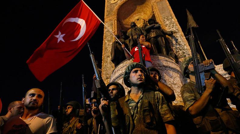 Седум турски офицери осудени на доживотни казни затвор поради обидот за пуч