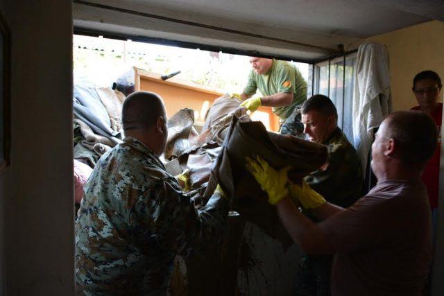 АРМ на терен – војниците и жителите ги расчистуваат поплавените куќи  (ФОТО)