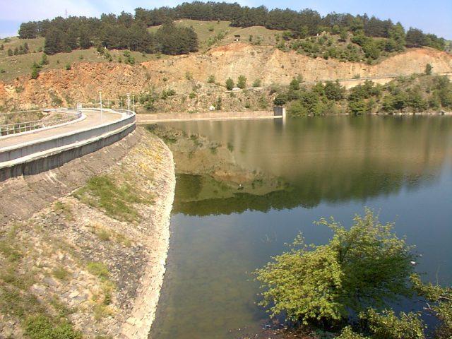 Автомобил потонат во езерото Калиманци, безживотно тело на површината