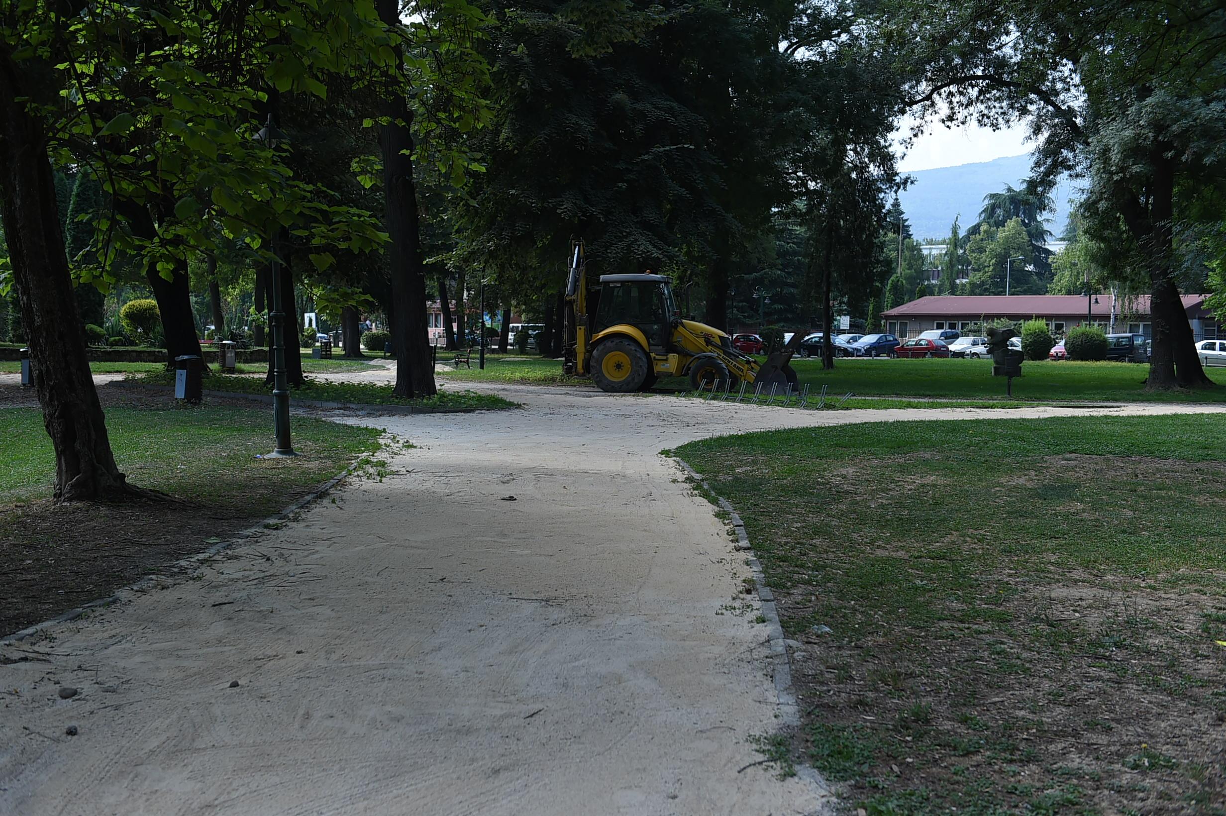 ФОТО: Се обновуваат патеките во Градски Парк