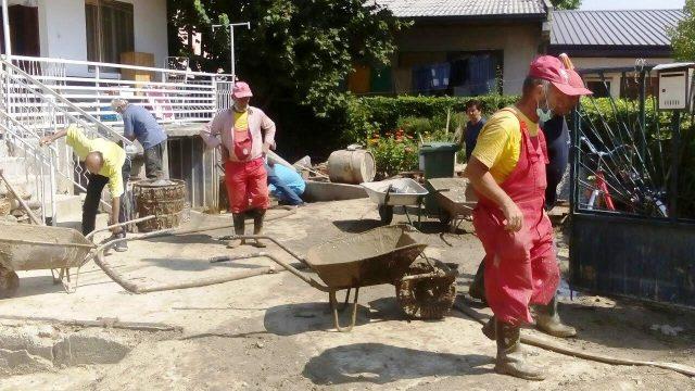 Паричнa наградa за сезонските работници кои помагаа по поплавите во Аеродром