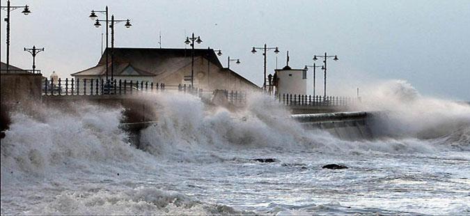 Шест лица загинаа од морските бранови и силната плима околу Британија