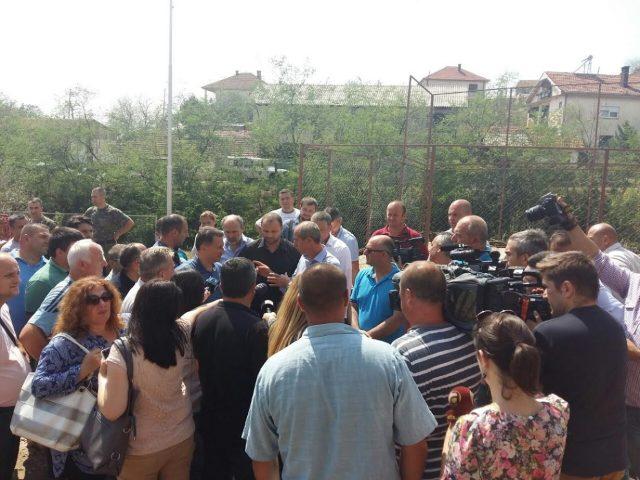 ФОТО: Груевски на терен меѓу најпогодените