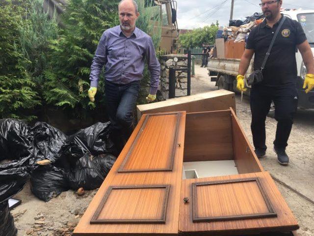 ФОТО: Трајановски му помага на погоденото население на терен во Инџиково