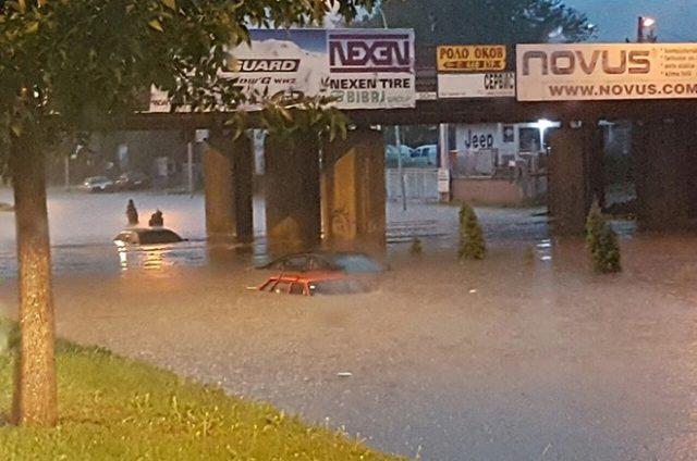 ФОТО: Поплавени автомобили кај булеварот Србија