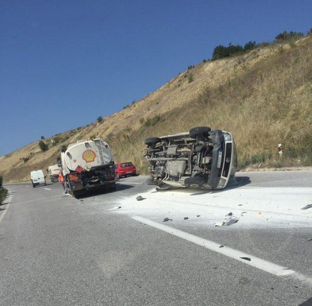 На обиколница се судрија комбе и камион  (ФОТО)