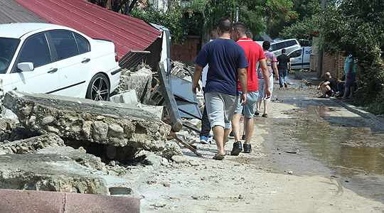 Српската полиција во помош на поплавените во Црешево