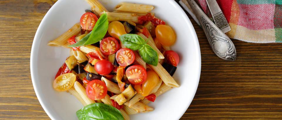 Тестенини со модар патлиџан, домати и моцарела