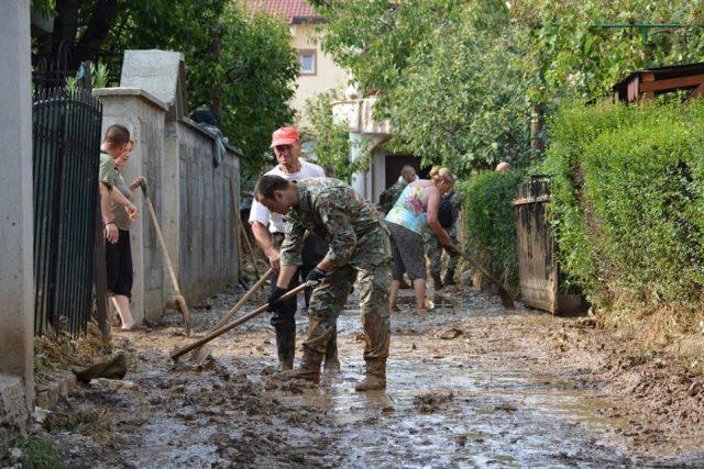 АРМ на терен на им помага на загрозените жители