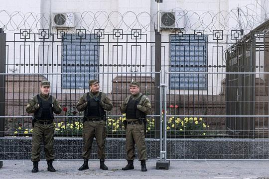 Немири пред амбасадата на Русија во Киев  (ВИДЕО)