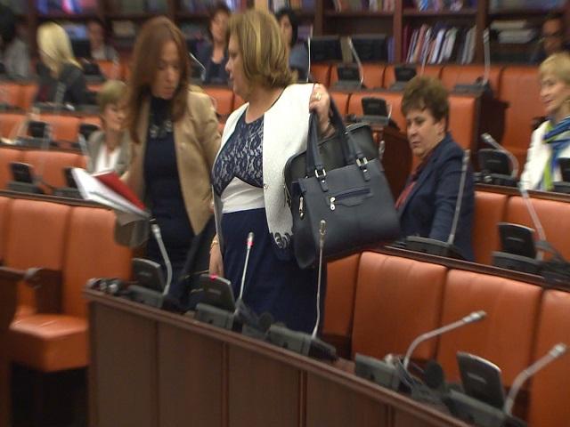 Јанева не се појави во Собрание, седницата одложена за утре