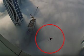 ВИДЕО: Овој човек буквално си игра со животот