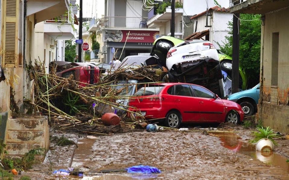 Во областите на Солун и Пелопонез прогласена вонредна состојба поради поплавите