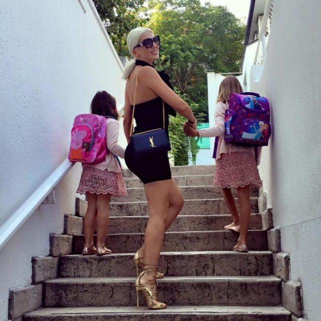 ФОТО: Непримерно облечена Карлеуша ги однесе ќеркичките во училиште